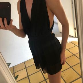 Sort buksedragt / playsuit, ligner en kjole str onesize Købt på en ferie i sommers, brugt en gang  Man kan lukke den som man ønsker.