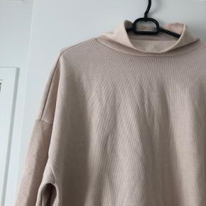 Lækker blød sweater med store ærmer og høj hals. Fejler intet og er kun brugt en enkelt gang.  Byd endelig
