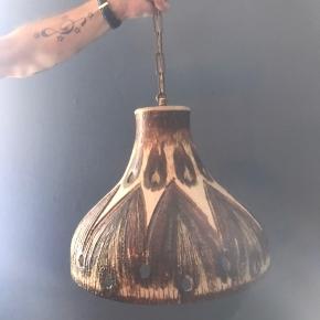 Keramik lampe. Så smuk og giver en flot belysning. Brugt som spisebordslampe - jf. billeder. Sælges grundet flytning