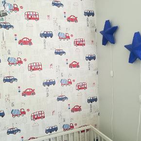 Baby/børnetapet med biler fra World Of Wallpaper, ca. 7 meter x 56 cm. urørt tapet i stærk god kvalitet + lidt rest.