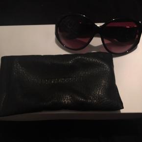 Så flotte, klassiske, sorte solbriller fra Dyrberg/Kern med guld detalje på stængerne samt rigtig smuk farve på glasset. De er så smukke men desværre et fejlkøb, da de ikke lige passer til mig, så derfor sælges de videre. De har aldrig været brugt, derfor ingen brugsspor overhovedet! Det originale sorte læder solbrilleetui følger med som man kan se (den hvide papæske på billederne hører IKKE til solbrillerne)  Nyprisen var på 650-700 kr.  Hvis de skal sendes, betaler køber fragt.  Mvh Betina Thy