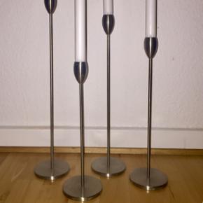 Valmue lysestager. De er lavet i børstet rustfrit stål fra Stilling design Denmark. En yderst smuk og klassisk valmuestage i et flot og enkelt finish designet af Paul Stilling. Designår: 1988. Lysestagen fås i 4 størrelser og jeg har alle 4 størrelser. De koster fra ny 295,- pr. stk. uanset størrelse (se priseksempel på billede fra nettet).  Lys størrelse: Ø 20mm Mål: 28cm, 33cm, 38cm, 43cm   De er nye, og har stået kort tid i vores vindueskarm.  Ved hurtig handel, så kan de hentes for 300,-