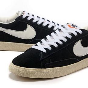 Hej sælger disse Nike sko. Er ikke helt sikker men minder meget om modellen Nike vintage Blazer. De er en smule beskidte men fejler ikke noget😊