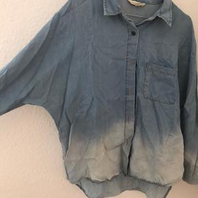Mango denim skjorte med vidde ærmer. Kan afhentes i Odense C eller sendes på købers regning. Har meget billigt tøj til salg, hvis andet har interesse, så skriv til mig så finder vi en god pris sammen.