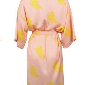 Kimono fra neo noir, rigtig fin. Passes af alle str, alt efter hvordan man vil have den skal sidde. Passer dog en medium-large bedst. Stort set ikke brugt