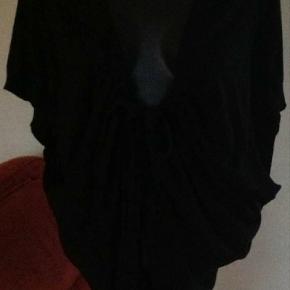 Varetype: 💚🌸💚 2 cardigans med bindebånd se fotos Størrelse: Large Farve: sort  Fed cardigan let   Den er svær at måle, da den bindes med bånd i løbegang.  Jeg har den også i grå. Se FOTO.  Flot stand!  250 kr plus dao for 1, tag begge to og slip med 450 INKL DAO 🙈  Bytter ikke :)  Porto Med DAO