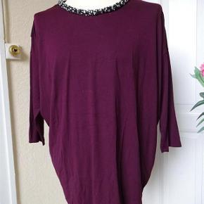 Bluse fra In Front med 3/4 ærme samt flot hals. Farve: Blomme  Bluse med flot hals sælges.     (BYTTER IKKE)  Brystmål: 69x2 Talje62x2 Længde: 72 foran & 75 bagpå. Materiale: 8 % Elasthan 92% Viscose . .