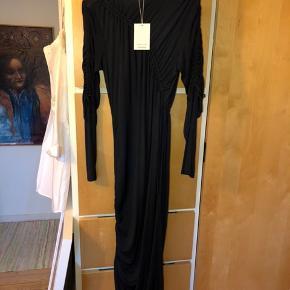 Mørkeblå kjole med smukke detaljer Man skal stramme kjolen ind forskellige steder