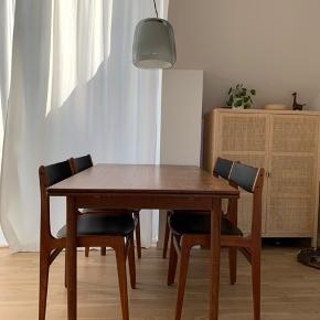 Min kæreste og jeg sælger vores teakbord + 6 flotte stole i teak, der passer til. Møblerne har stået i et ikke-rygerhjem uden husdyr. Sælges grundet flytning - GERNE SÅ HURTIGT SOM MULIGT.   Stolene er ombetrukket for et par år siden i kunstlæder. Der ses lidt slitage på 2 af stoleryggene, men intet af betydning.   Bordet har nogle ridser på overfladen, som formentlig kan slibes væk. Derudover har bordet hollandsk udtræk.  Mål på bord:  - Bredde: ca. 84 cm - Længde: ca. 134 cm  - Højde: ca. 74 cm - Udtræksplader: ca. 51 cm   Sælges helst samlet.   Pris på stole: 1500 kr for 6 styk. (Sælges samlet) Pris på bord: 800 kr.   Samlet pris for både bord og stole: 2000kr.