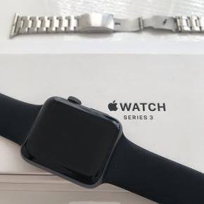 Næsten som nyApple Watch 42mm 3.generation  Uden ridser og problemer Med ekstra rem!