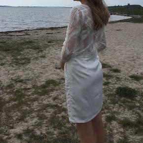 Sælger min konfirmations kjole fra White and more str 34  Den er kun brugt en gang og er i super find stand! ingen tegn på slid  Kun nogle få pletter så skal nok en tur til rens  Nypris 1700kr  Mp 700kr
