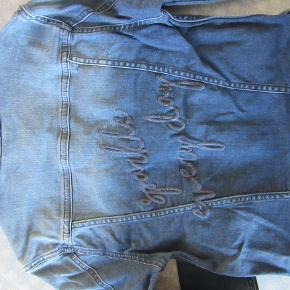Pompdelux denim jakke, str. 146-152. Lidt mørkere blå end på billederne her. Sælges for 125 kr. pp, men KUN via Mobilepay.