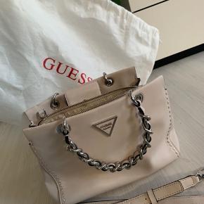 Guess taske kan bruges som håndtaske eller som crossbody. Medfølger dustbag. Har desværre ikke kvitteringen men den er 100% ægte købt i magasin. Fejler intet.  skriv gerne for flere billeder :)