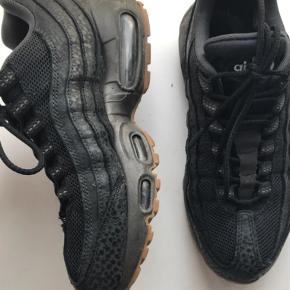 Varetype: Sneakers Farve: Sort Prisen angivet er inklusiv forsendelse.