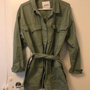 Sælger denne vildt fede oversize army jakke fra Monki. Den er aldrig brugt :) nypris var 450,-