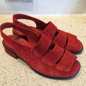 Skønne sandaler i ruskind og gummisål. Pæn stand med få brugsspor.  Indvendig længde ca 24 cm.