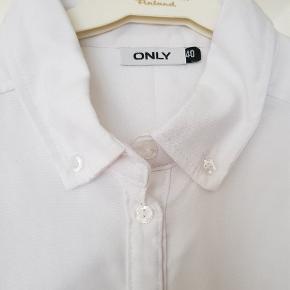 Lækker skjorte i Oxford stil. Fejler intet, da den er for stor til mig. Jeg er en S, denne er 40/M