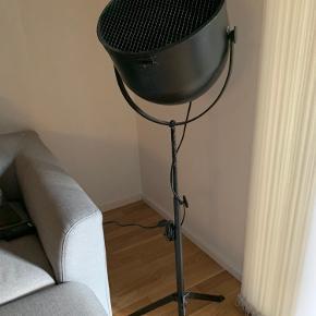 Industriel gulvlampe fra House Doctor.  Udgået model.  Måler 120 cm i højde og 34 cm i fodens bredde.  Skal afhentes på Østerbro