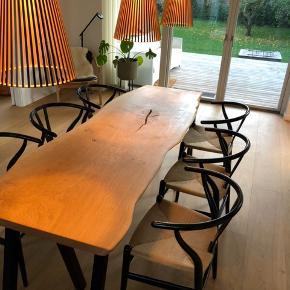 Spisebord, Egetræ , b: 80 l: 220  Emmanordic spisebord i kraftig dansk egeplank, og tigsvejsede pulverlarkerede stålben. Bordplade er skåret ud fra et stykke plank, herefter tørret, forarbejdet og behandlet med transparent naturolie. Bemærk En eksklusiv massiv planke. Priser fra 5000,- Kontakt os på telefon 42248920 for info vedr. Fremvisning mv. ( Bordet som er vist i annoncen kan erhverves for 14500,-)   Referance fra tidligere salg:  https://www.lauritz.com/da/auktion/emma-nordic-wood-design-spisebord-i-hvidolieret-egeplank/i4877750/?auctionId=4973312