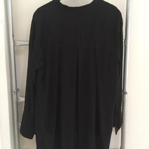 Silkeskjorte- str 34, men rummelig, så passer også 36/38. Style Prudenzia.