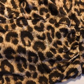 Leopard top, stor i størrelsen. Tynde stropper, bred kant for neden og dejlig løs pasform. Længere model. Brugt få gange og god stand.   55,- + fragt. Sender gerne med Dao, kr. 33,-  Bytter ikke.  Kan hentes i Odense.