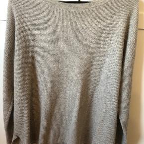 Gået lidt i stykker men det er ikke noget der kan ses.   Blødt stof og let, så det er en god overgangs sweater til en varm sommer aften 😊   BYD gerne og den sælges billigt pga. den er lidt i stykker 😊