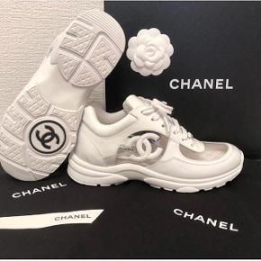 Sælger disse limited edition chanel sneakers. Brugt meget få gange og har ingen tydelige brugstegn. De er købt i Chanel i Paris og kvittering, æske, dustbag osv medfølger. Skriv for spørgsmål oh flere billeder :)
