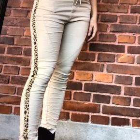 Super flotte bukser de er nye med tags og aldrig brugt kun prøvet  Super lækker og anvendelige til næsten alt smukke bukser😊😊