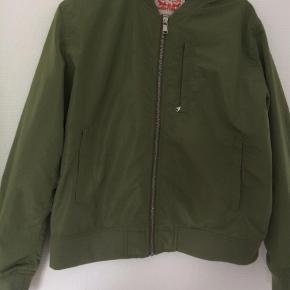 Brugt 2 gange, fejler ingenting, er ved at rydde ud i skabe og skuffer  Bomber Farve: Armygrøn Oprindelig købspris: 899 kr.