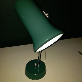 Fin lille retro lampe i lækker grøn farve. Ingen ridser eller lign. Original ledning. Mål 29 høj. Pris 325
