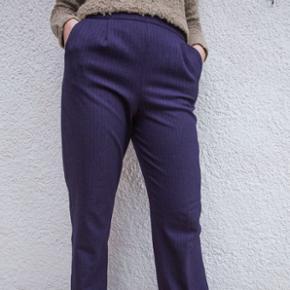 Blå/lilla habit bukser. Send en besked for et billede i fuld størrelse. Passer en S/M