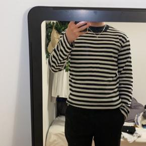 Sort/hvid stribet bluse fra Mads Nørgaard  Er 181 på billedet tjek også mine andre annoncer ud, rabat ved flere køb:-))