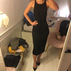 Smukkeste sorte kjole fra inwear. Den perfekte lille sorte i str xs. Som ny. delvist bar ryg - super stilet og sexet. Sælges for 300 kr. Kan afhentes i Kbh K.