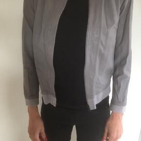 Mærke: Day Birger et Mikkelsen Størrelse: 36 Farve: lys grå Materiale: 100% Genuine Leather. professionel Leather.  Jakken: På bagsiden af jakken er elastisk stof og det samme stof sidder forneden af jakken og i halsen. Skindet er meget blødt og lækkert. Stand: en meget flot stand  Sælges kr 325 .