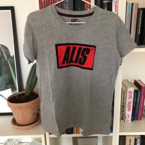 Alis t-shirt str. L, men lidt lille i str. Brugt få gange og fin stand. Dame str.