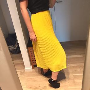 Super fin nederdel fra monki i frisk gul   Lang ankellang gul fest fin skirt