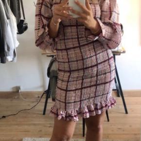 Denne smukke Ganni kjole er stadig til salg!🎀💗 Kun prøvet på, aldrig brugt. Kjolen har meget stræk i sig, og tilpasser sig derfor rigtig flot på kroppen. Realistiske bud tages også imod😃