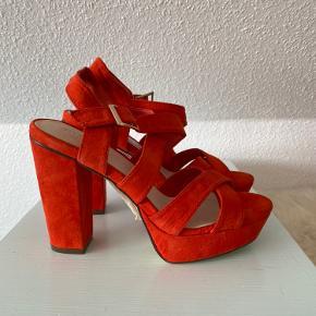 Helt nye sandaler med hæl str. 36 Aldrig brugt - stadig med mærke.   Kan hentes i Odense sv eller sendes mod betaling af porto :)