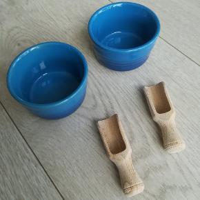 2 stk mini ramekinere fra Le creuset i farven Marseille - 9 cm i diameter og kan rumme 0.25 ml. Der medfølger 2 stk små træskeer. Kan evt bruges til flagesalt.