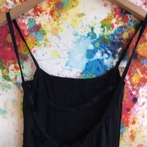 Flotteste sorte kjole m masser af stræk. Dyb ryg og slidse i siden