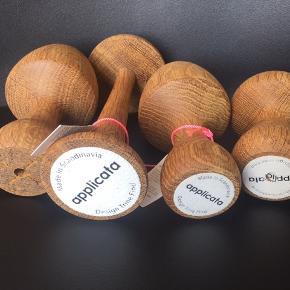 Sælger fire flotte og dekorative funghi svampe fra Applicata.  To er helt nye og de andre som er som nye, da de ikke har nævneværdige brugsspor. Den højeste måler 19 cm og den laveste 10 cm  Funghi er skabt ud fra skovens karakteristiske svampe. Funghi svampene er i udført i røget eg. Form din egen skovbund. Design: Trine Find  Sælges helst samlet
