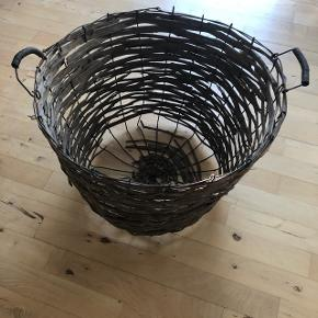 Helt igennem en fed men slidt gammel kurv fundet i Sverige. Højde 35 cm diameter 53cm. Kan evt bruges til opbevaring af tæpper og puder