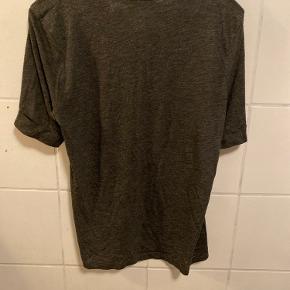 Der står det er en størrelse 40, men den passer en str. XS-M (afhængig af hvor tæt, man ønsker den sidder). Den er brugt meget, da jeg også selv i forvejen købte den brugt. Super blød basic grå t-shirt. Fejler ellers intet.