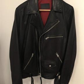 Varetype: Biker læder jakke Farve: Sort Størrelse: S (fitter M) Oprindelig købspris: 2868 kr. Kvittering haves.  Har kun gået med den én gang, da den ikke lige er min stil alligevel. Den er størrelse small, men vil nok sige at den fitter mere en medium. Er selv en tynd teenager som er 190 høj, og den passer mig ret godt.