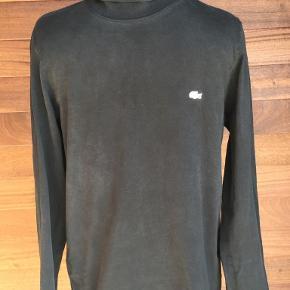 Smart højhalset t- shirt fra Lacoste. Slim fit model, small. Portoen er 37 kr. som køber betaler.  Bytter ikke. Se også mine øvrige annoncer. Betaling via mobilepay og sender med DAO fra dag til dag. (10)