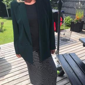 Sælger denne mørkegrønne blazer fra Esprit.   Den har været brugt to gange og har ingen brugsspor.   Nypris: 1000kr
