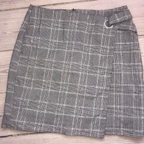 Sælger denne flotte nederdel, da jeg synes den er lidt for kort på mig. For reference er jeg 1.74 m høj