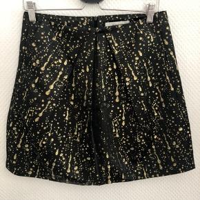 Jeg sælge denne fine Munthe nederdel med flotte guld detaljer. Den lukkes i siden med lynlås.  Den passer en medium. 🖤💛  Byd - Jeg er åben overfor mængderabat 🌸