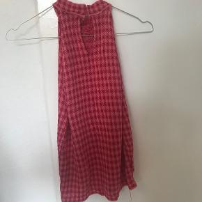 halterneck top fra Zara knit I ternet lyse rød mønster.