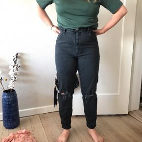 """Fede mom jeans fra Asos i str """"32 tommer. De er kun brugt få gange 🌞 rigtig god stand! Med huller i knæene  Bemærk - afhentes ved Harald Jensens plads eller sendes med dao. Bytter ikke 🌸  ⭐️ Jeans bukser denim grå mørkegrå Asos Asos.com momjeans boyfriend boyfriendjeans"""